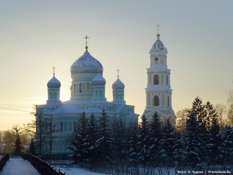 Ο Καθεδρικός Ναός της Αγίας Τριάδος και το καμπαναριό του