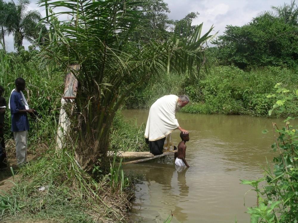 Крещение мальчика из пригородной деревни Браззавиля