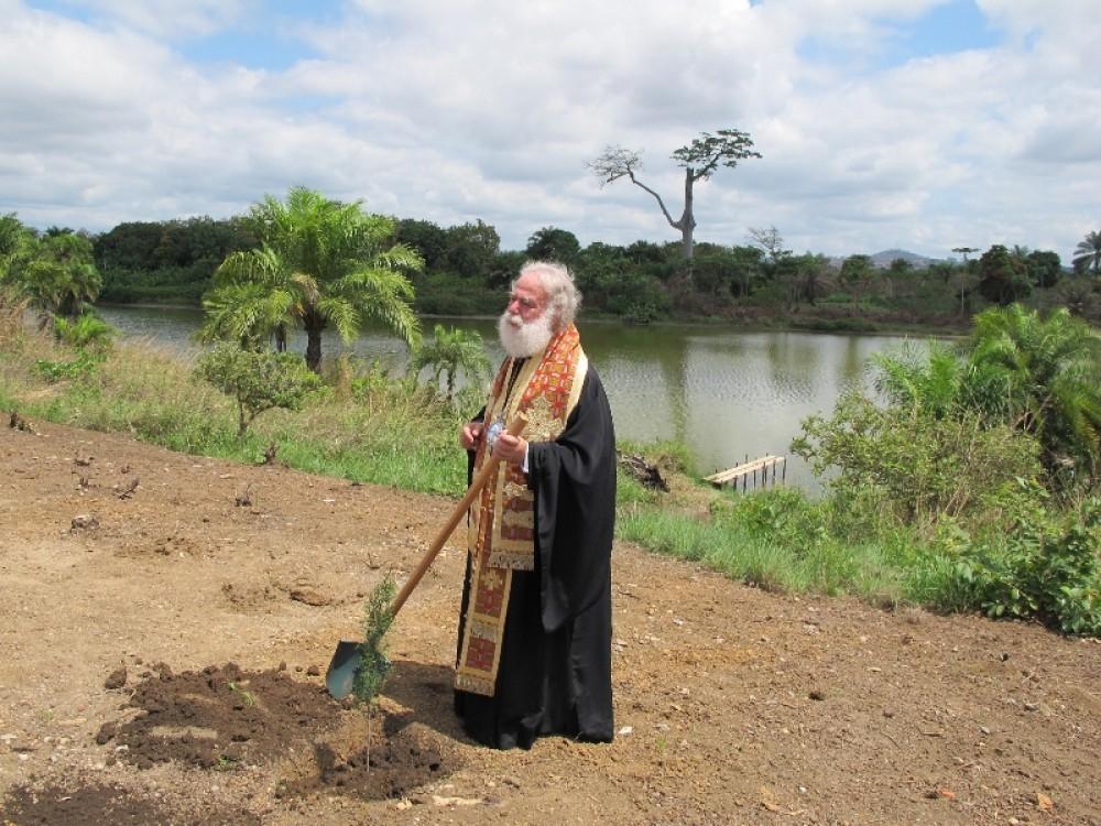 Патриарх сажает привезенные им саженцы кипарисов