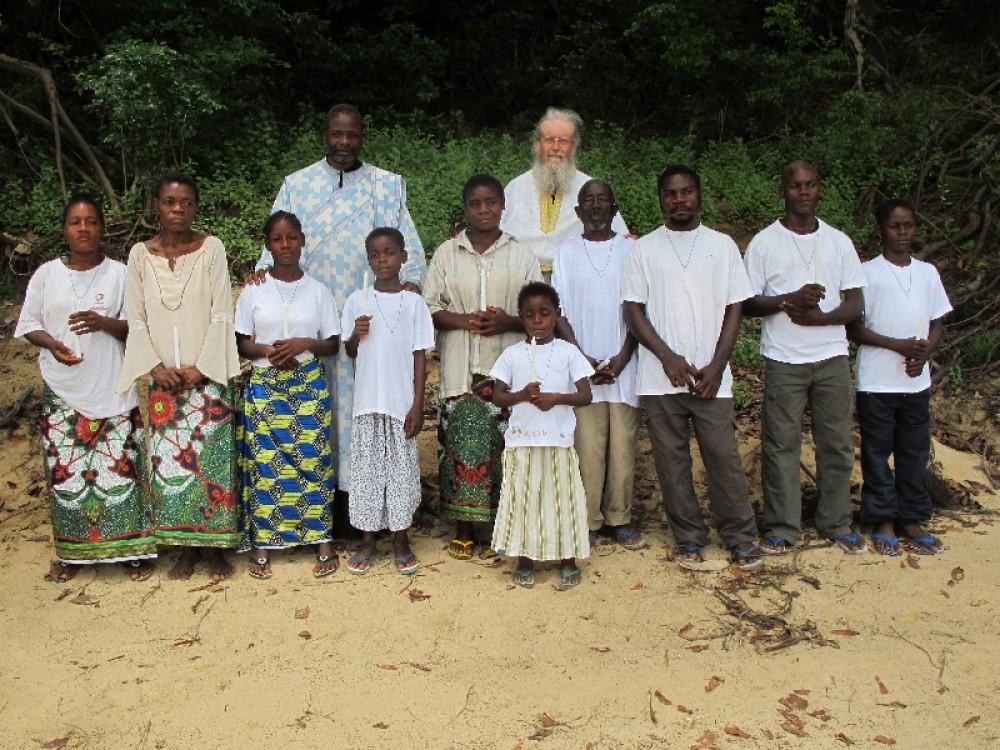 О. Теолог и о. Сергий с новыми братьями и сестрами во Христе. Импфондо