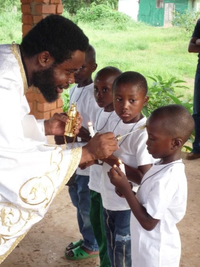 Крещение малышей в Долизи совершает о. Димитрий