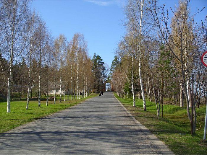 The road to the back gate of the monastery. Photo: S. Mudrov / Pravoslavie.ru