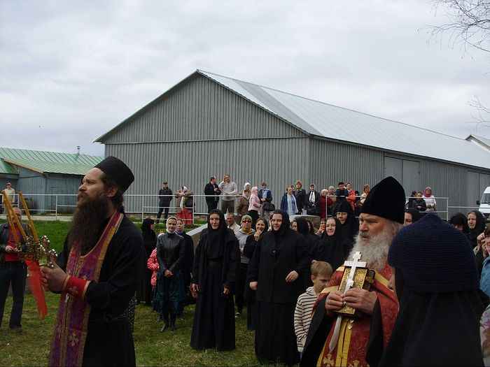 Moleben for the blessing of the waters at the barnyard. Photo: S. Mudrov / Pravoslavie.ru