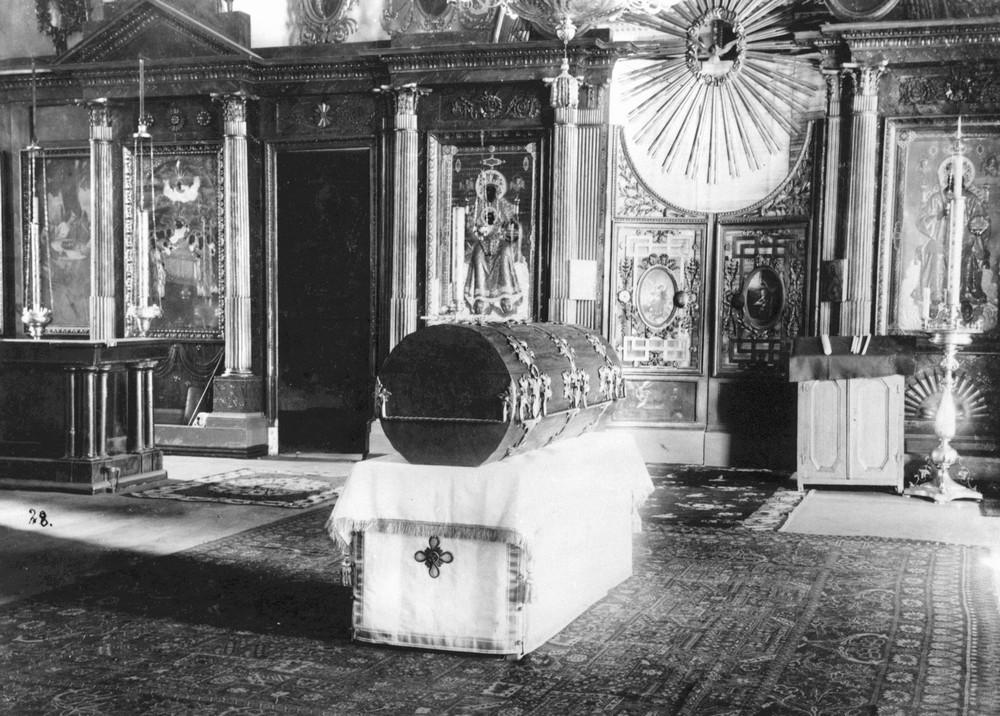 РакÐ&deg, в которую были помещены мощи прп. СерафимÐ&deg, изготовленная по типу старого гроба-колоды в Зосимо-Савватьевской церкви