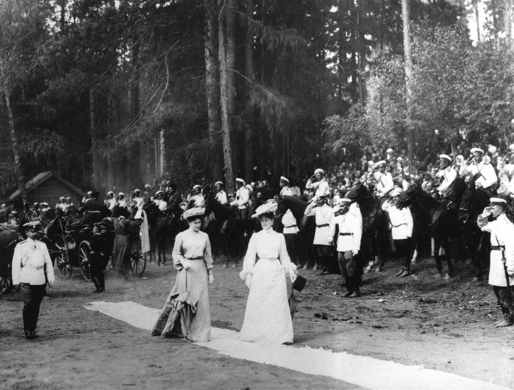 Императрица Александра Федоровна с сестрой Вел Кн. Елизаветой шествуют по Саровскому лесу к источнику прп. Серафима
