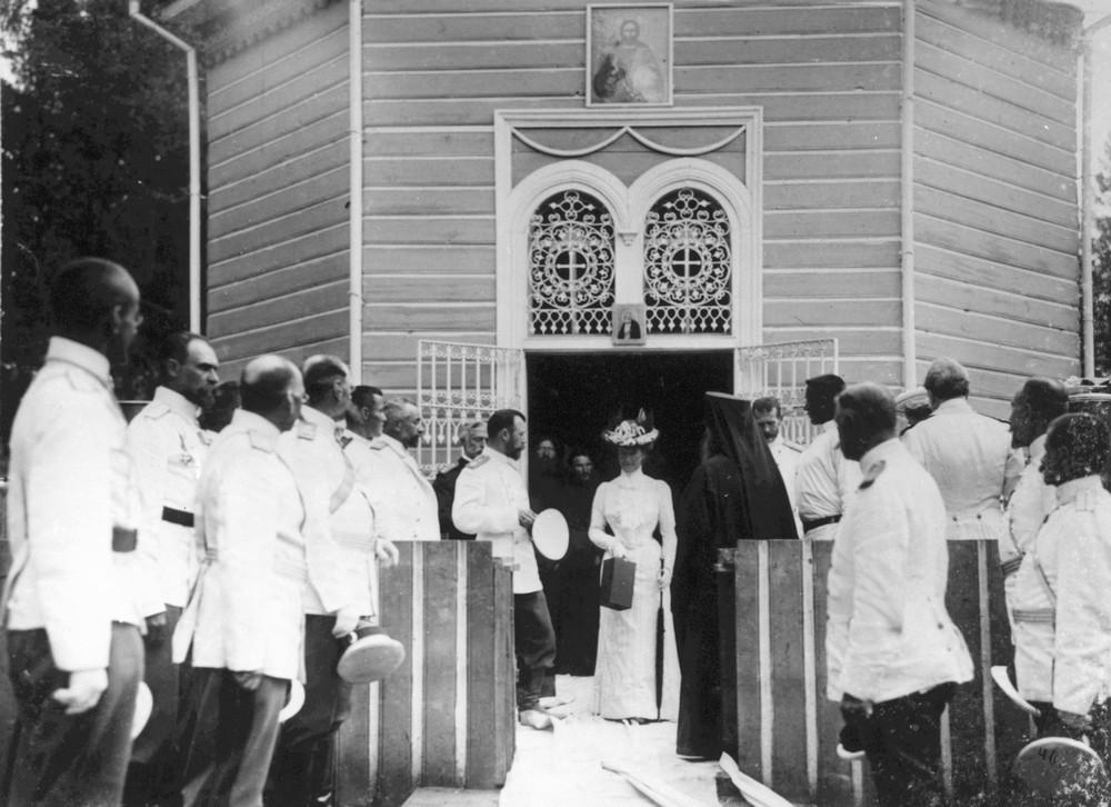 Царская чета выходит из часовни над источником прп. Серафима после молебна