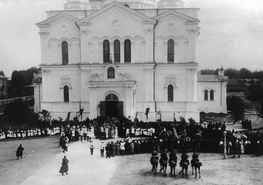 Встреча царской семьи в Дивеевском монастыре