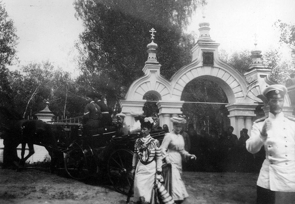 У входа на монастырское кладбище внутри Канавки