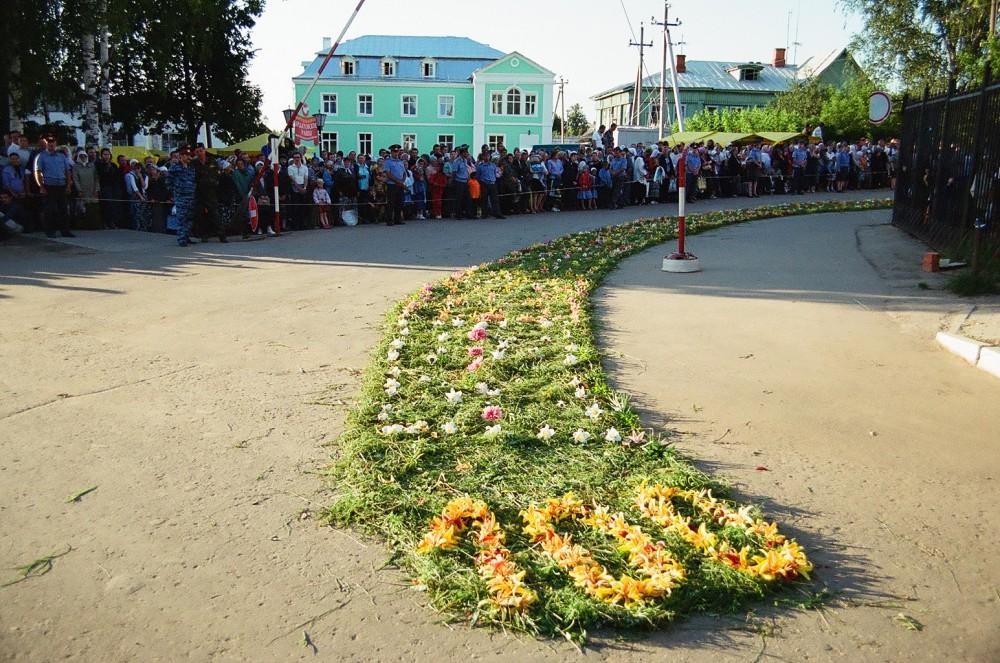 Монастырский двор украшен цветами