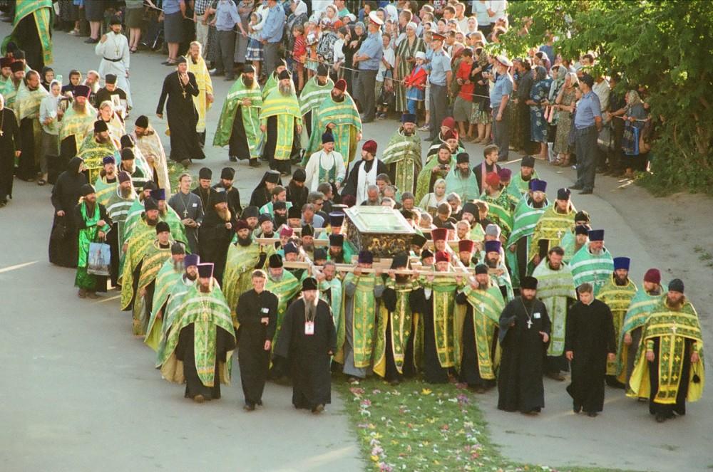 Прибытие мощей из Сарова 31 июля 2003 перед всенощной