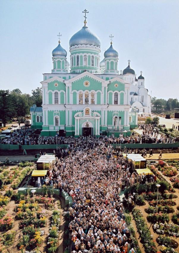 Молящиеся перед Троицким собором