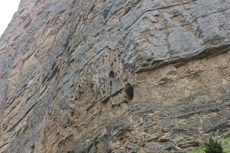 Пещерки в скалах