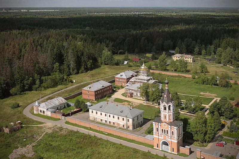 """Ιερά Μονή Αγίας Τριάδας στον οικισμό Οντιγίτριεβο """"Ζοσίμοβα Πούστιν"""""""