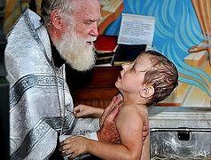 В эвакуационном пункте Хабаровска около 30 человек приняли святое крещение