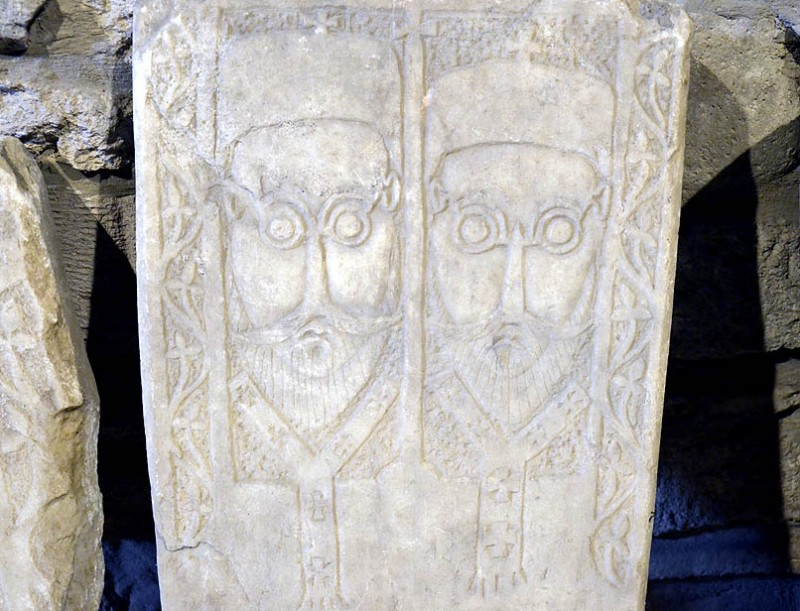 Древние надгробья