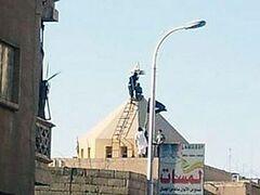 Боевики свергают кресты с церквей Ракки и поднимают свои флаги