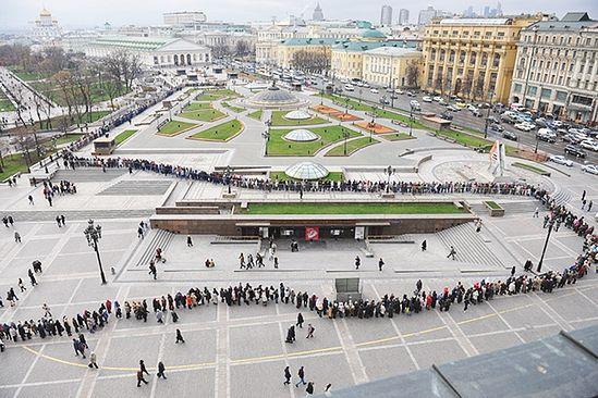Очередь на выставку «Православная Русь. Романовы. Моя история» в Москве. Фото: Photoxpress / Комсомольская правда