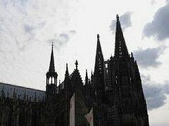 Почти обнаженная феминистка вскочила на престол во время рождественской мессы в Кельне