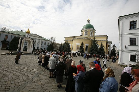 Очередь к мощам святителя Спиридона. Москва, Данилов монастырь, 2007 год