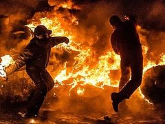 Havoc unleashed: Footage shows Ukrainian rioters brutally assaulting police