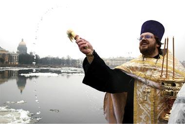 Протоиерей Кирилл совершает чин освящения на Университетской набережной г. Санкт-Петербурга
