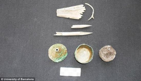 Herramientas del oficio: se descubrieron bolígrafos y un tintero con un solo cuerpo.