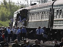Orthodox priest performs surgical operations on those injured in a train collision near Moscow