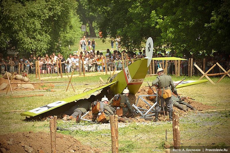 У сбитого самолета