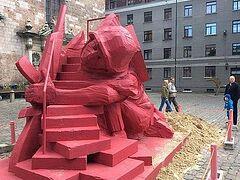 В центре Риги установили детскую горку в виде фигуры солдата СС