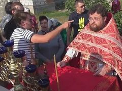 Extremists leaning on altar table heckle priest at Orthodox church near Kiev (+video)