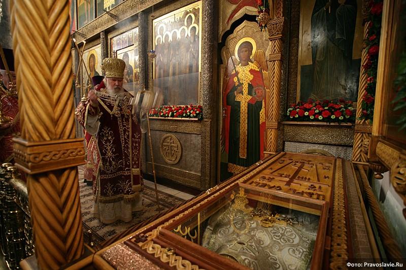 Святейший Патриарх Алексий II у раки с мощами сщмч. Илариона