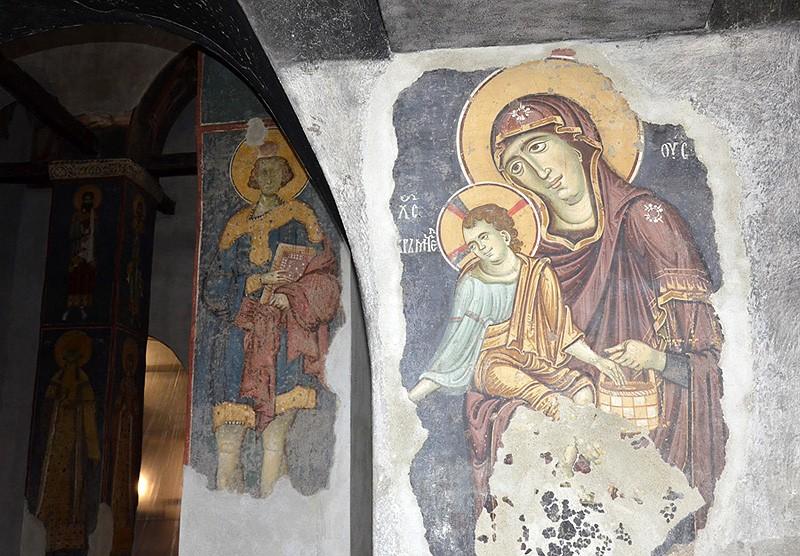 Богородица Милостивая со Христом, питателем сирот. Фреска XIII в.