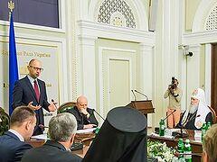 Яценюк: следует принять меры для «недопущения захвата культовых сооружений»