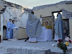 Orthodox Christians of Donbass praying on ruins of their churches