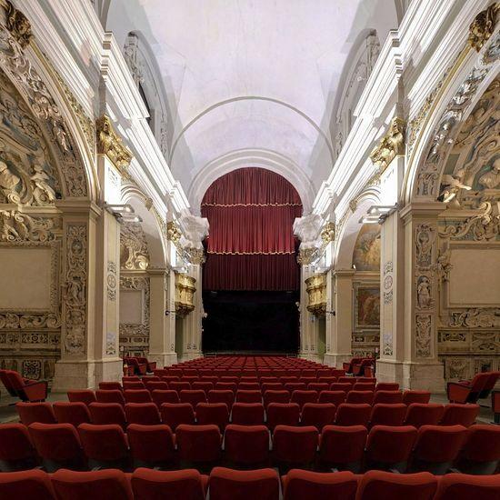 Кресла красного бархата под изображениями ангелов. Сегодня церковь Сан Фелипо в Аквиле – театр. Когда не хватает денег на реставрацию церквей, в Италии их продают в частную собственность