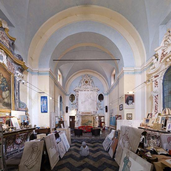 Нет, на картинах не изображены святые. Церковь Сан Рокко в Вердуно теперь принадлежит художнику Валерио Беррути. Он переделал ее в мастерскую, в которой также проживает