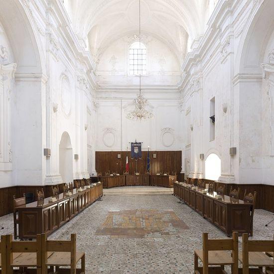 Здесь безусловно принимают безупречные с моральной точки зрения решения: зал заседаний в церкви Св. Филомены в Угенто