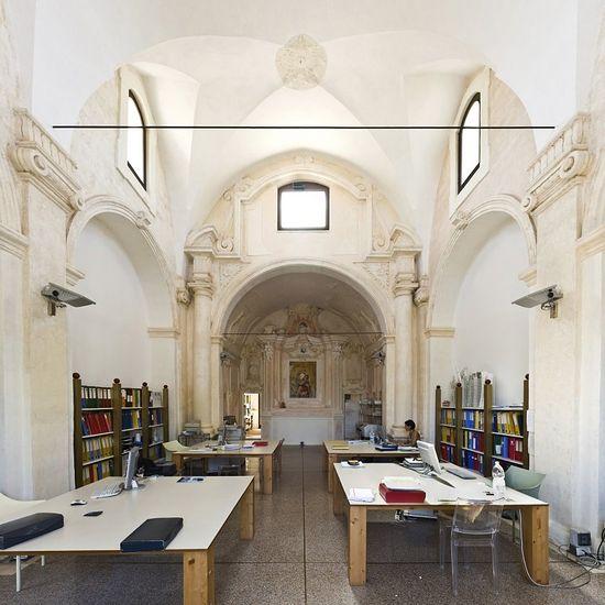 Здесь разрабатывают современные дома? Церковь Мадонны дель Кармине в Галлиполи сегодня является архитектурным бюро