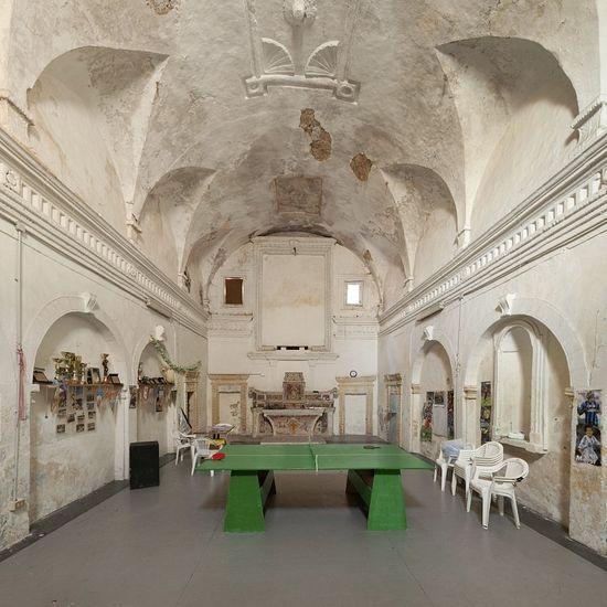 Сыграем в настольный теннис? В церкви Санта Лючия в Монтескальозо никто больше не должен сидеть тихо