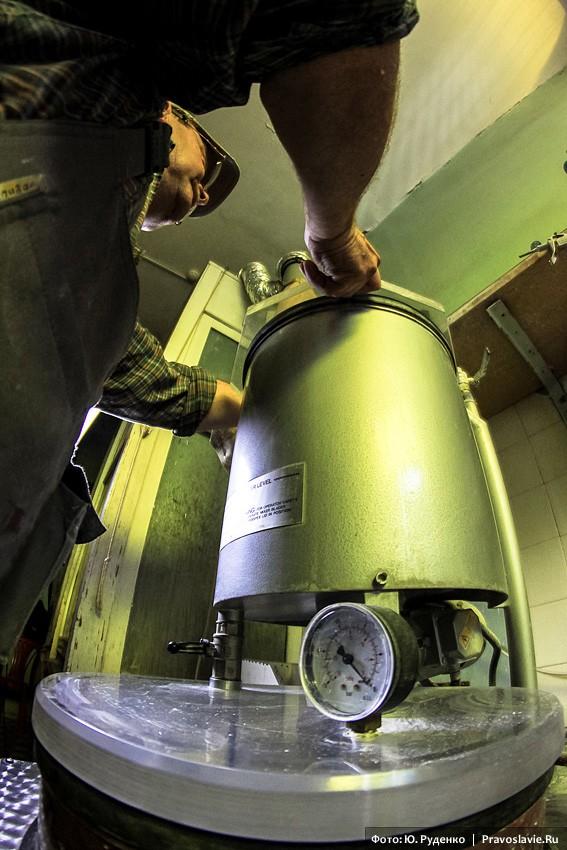 Для заливки формомассы используют миксерный вакуум