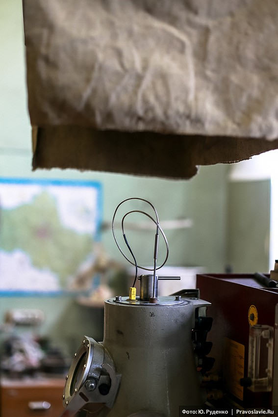 Литейная машина. Сверху засыпается гранулированное серебро