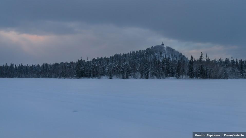 Вид на Секирную гору с озера