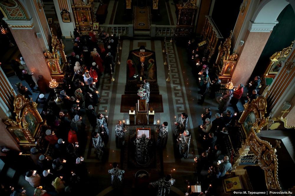 Службу «Двенадцати Евангелий» Страстного Четверга возглавил митрополит Донецкий и Мариупольский Иларион