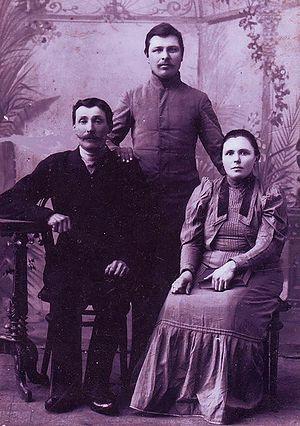 1. Иван Михайлович с Верой Васильевной и возможно сыном Иваном. Ок. 1914 г.