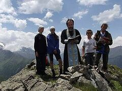 Выше радуги и вертолета: на Северном Кавказе отслужили благодарственный молебен на вершине горы (ВИДЕО)