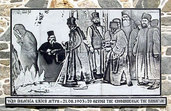 Увеличенная фотография Божией Матери. Стена русского Свято-Пантелеимонова монастыря на Афоне