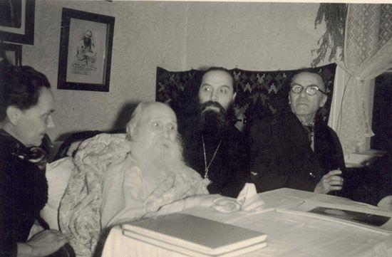 Митрополит Вениамин (Федченков) на покое в Псково-Печерском монастыре. Справа от него архимандрит Алипий (Воронов)