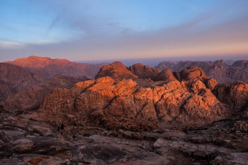 Первые лучи солнца падают на горы Синая