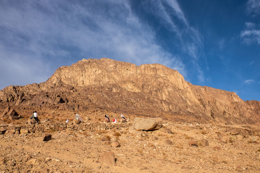 Паломники, поднимающиеся на гору в дневное время