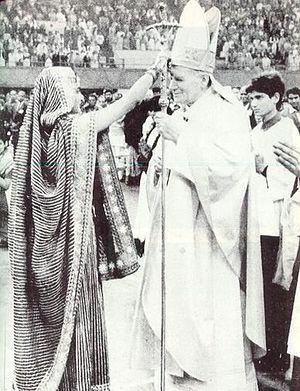 Папа Иоанн-Павел II принимает благословение от языческой жрицы